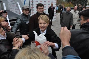 """Тимошенко у Чорткові роздавала """"гречку"""" (фото)"""