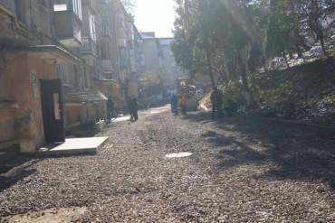 На Дружби, 7 здійснюють капітальний ремонт асфальто-бетонного покриття двору