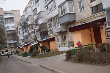 На Тарнавського, 8 оновили усі вхідні дашки