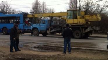 Вантажівка-кран в'їхала у тролейбус
