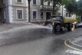 В Тернополі поливальні машини очищають від пилу міські дороги