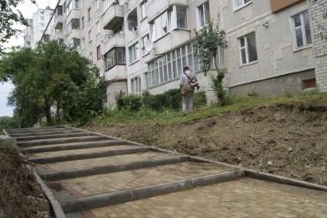 В Тернополі косять траву на прибудинкових територіях