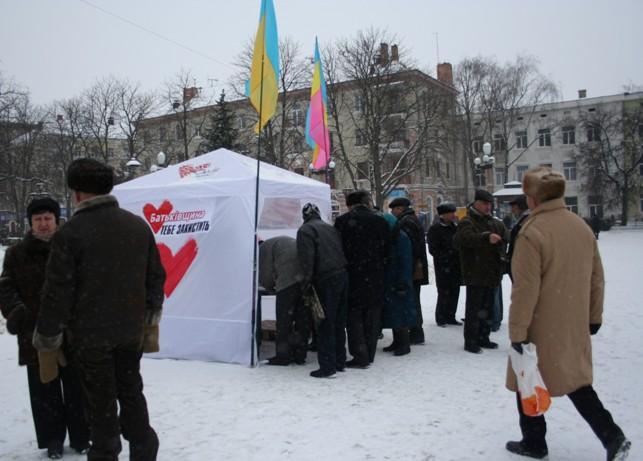 Розпач, лють та розчарування – це ті емоції, які виливаються в записках тернополян на адресу Януковича та «привладної банди»
