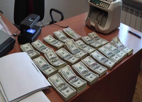 У високопосадовців Державного комітету ветеринарної медицини України співробітники СБУ вилучили 400 тисяч доларів США, які чиновники не встигли розподілити між собою
