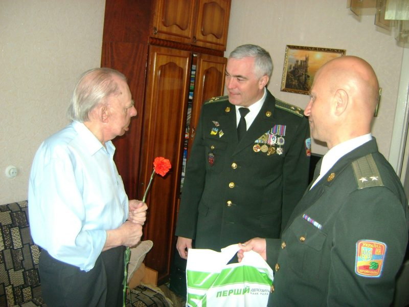 Військовослужбовці Тернопільського гарнізону завітали в гості до ветеранів Великої Вітчизняної війни