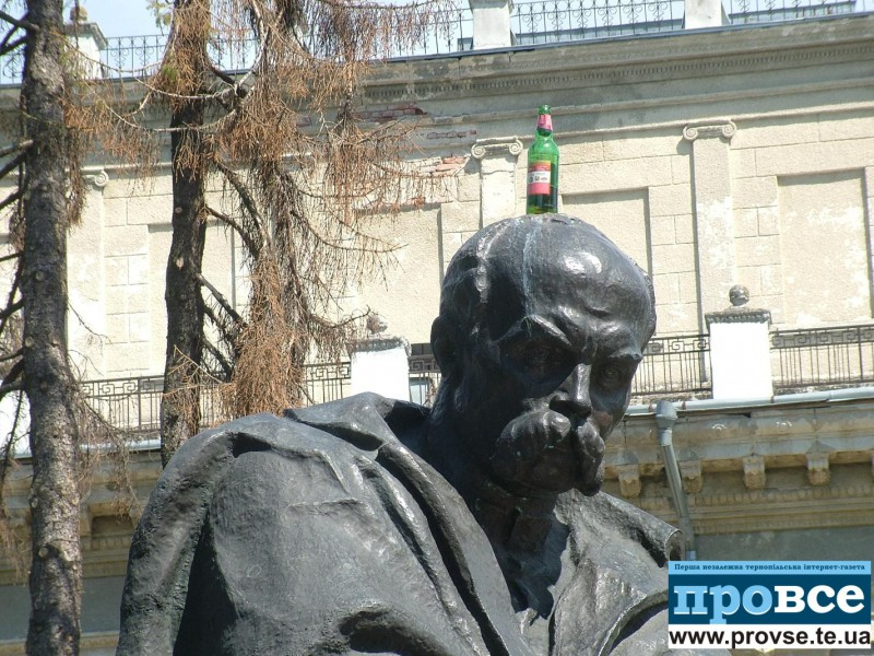 Дивак у Тернополі виліз на пам'ятник Тарасові Шевченку (відео)