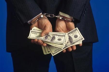 На Тернопільщині поліцейський з управління захисту економіки вимагав 500 доларів США за не притягнення до адмінвідповідальності посадовця з муніципальної поліції