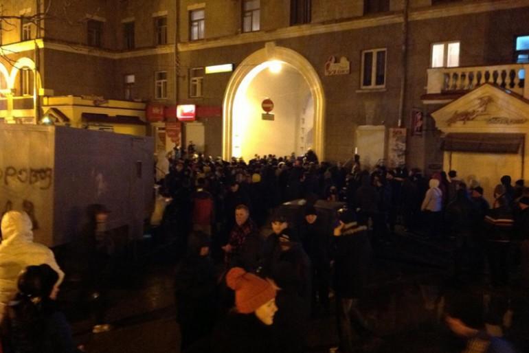 Тернопільську міліцію пікетують тисячі патріотів