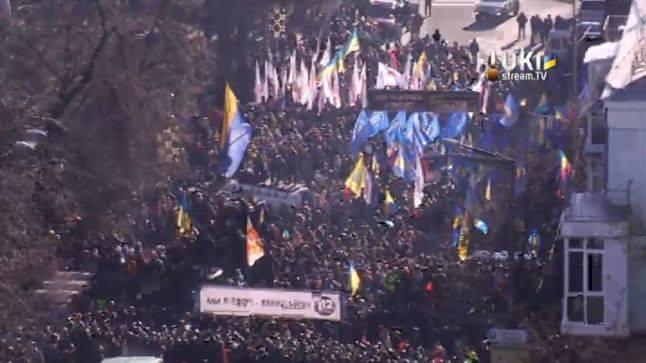 Біля Верховної Ради вбили чотирьох мітингувальників. Кличко на руках виносить поранених