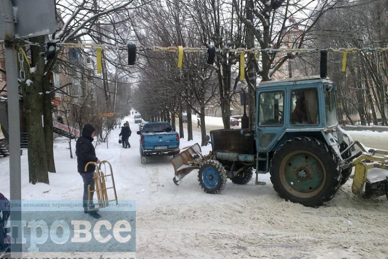 У Тернополі треба джипом тягнути трактор, щоб прибрав місто