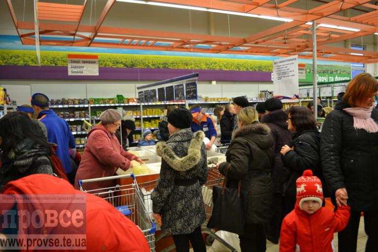 Замість поїхати на Майдан, тернополяни кинулись в супермаркети і спровокували паніку (фоторепортаж)
