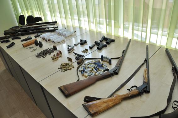 У заїжджих молодих людей тернопільські міліціонери вилучили цілий арсенал зброї