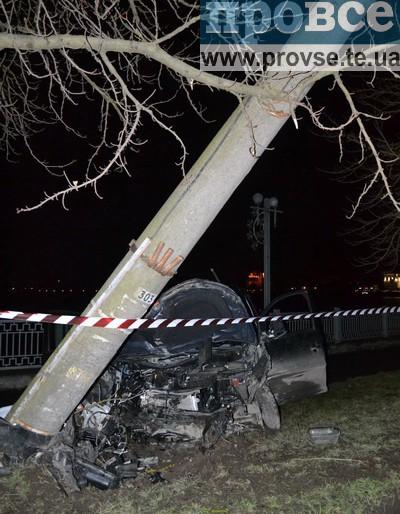 На дамбі у Тернополі водій іномарки збив стовпа (фото, відео)