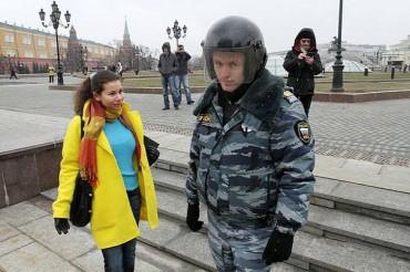 У Москві вже не можна гуляти у жовто-блакитному одязі