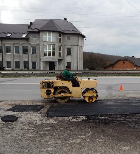 На дорогах Тернопіщини триває ямковий ремонт