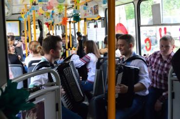 """У тернопільському """"тролейбусі щастя"""" буде грати жива музика у День вишиванки"""