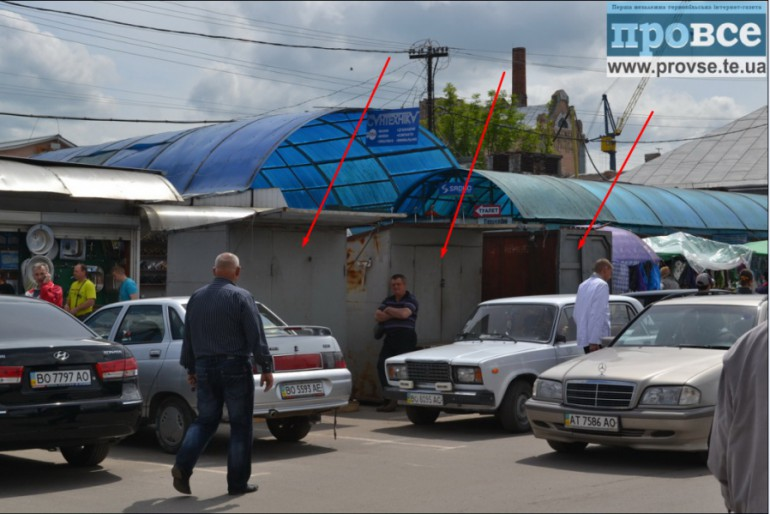 У Тернополі розмістили торгові кіоски просто на дорозі