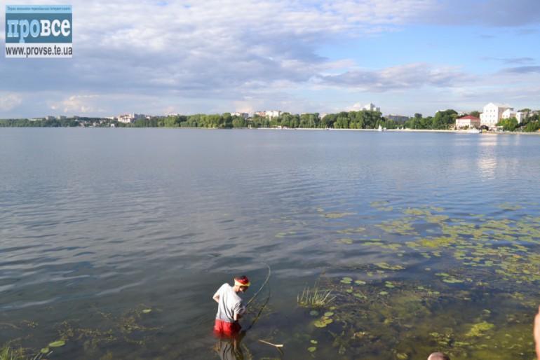 Як рибак Микола, на тернопільському ставі, півтори години 15-ти кілограмового карпа витягав (фото, відео)