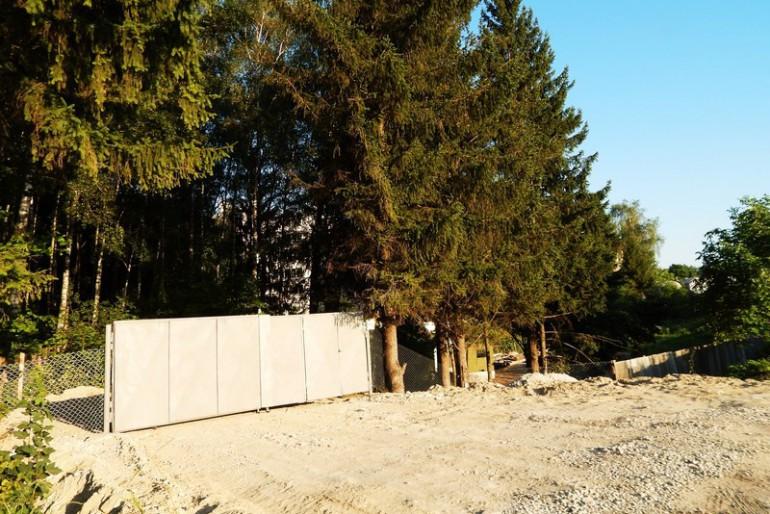 У мешканців будинку на Будного,50 для нового будівництва забирають все і відразу: зелену зону, дитячий майданчик і міні-стадіон