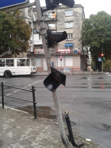 Водій, який пошкодив світлофор на вулиці Руській, компенсував місту заподіяну шкоду