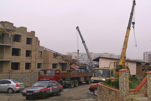 На будівельному майданчику зламався і впав на новобудову баштовий кран