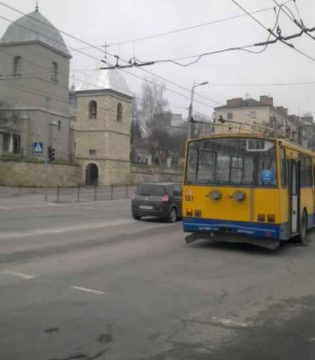 """У Тернополі  """"поцілунок"""" іномарки з тролейбусом утворив кілометровий затор (відео)"""