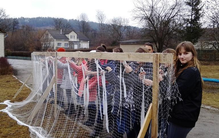 У Кременецькому районі учні плетуть маскувальні сітки для воїнів української армії