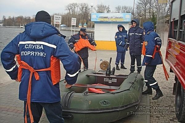 Металеві бочки з тернопільського ставу вилучені рятувальниками (фото)