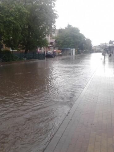 Тернопіль й далі топить під час дощу (фото)