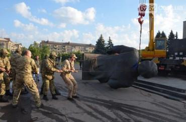 """У Слов'янську рано вранці """"Правий сектор"""" демонтував пам'ятник Леніну"""