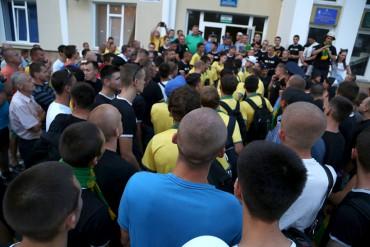 """Фанати """"Ниви"""" ледь не побили футболістів після програного матчу (фото)"""