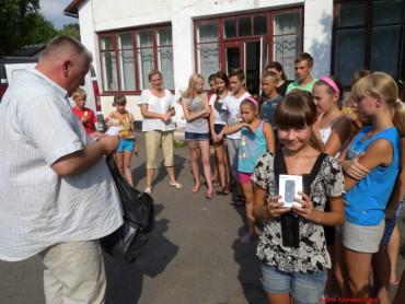 """Телефони дітям від волонтерської групи """"Схід та Захід єдині"""""""