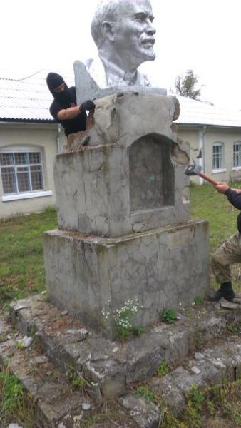 На Хмельниччині демонтували три пам'ятника Леніну і два Марксу