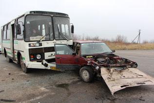 Поблизу села Біла зіштовхнулися автобус з іномарками
