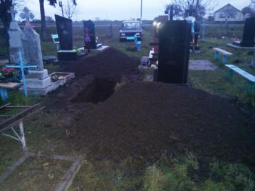 Жінка розповіла, чому розкопала могилу діда свого чоловіка