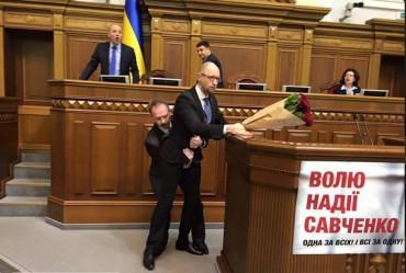 Олег Барна спробував побити прем'єр-міністра Яценюка букетом квітів