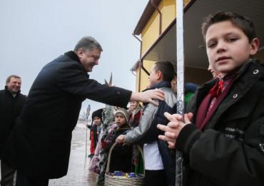 Порошенко на Тернопільщині анонсував придбання 600 автобусів для шкіл