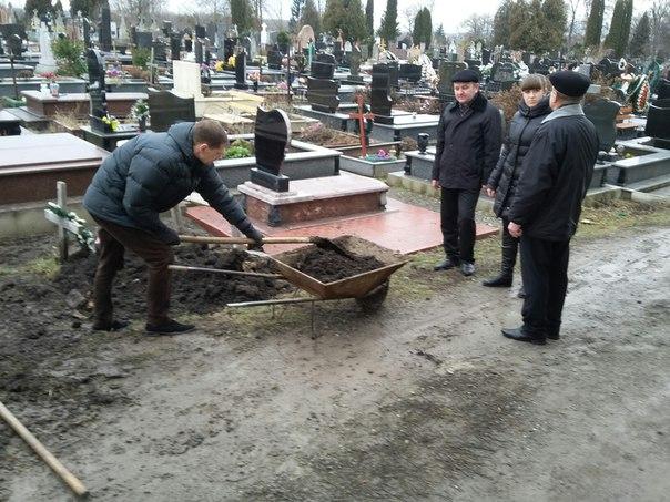 Громадські роботи на кладовищі виконуються