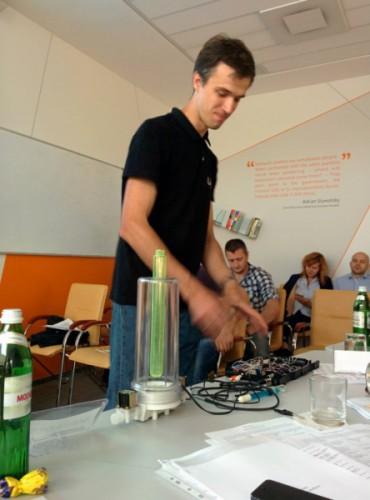 Випускники Львівської бізнес-школи створили горнятко, яке визначає якість води, рахує калорії та дезінфікує воду