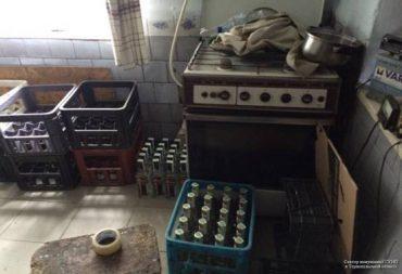 Тернопільські поліцейські припинили діяльність нелегального цеху з виготовлення фальсифікованого спиртного