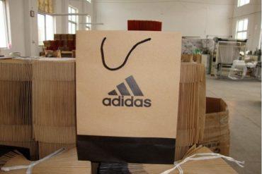 Компанія Adidas відмовилась від використання пластикових пакетів у своїх магазинах