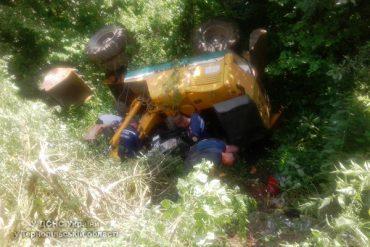 У Добрівлянах водій екскаватора перекинувся у канаві
