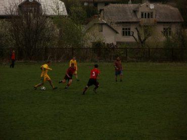 Суперечка з суддею під час футбольного матчу переросла у бійку між гравцями