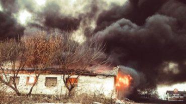 Під час гасіння приміщення недіючої ферми у Великому Глибочку врятовано дві сусідні будівлі