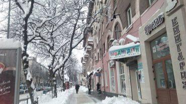 У Тернополі нова напасть: великі снігові брили падають на голови людей