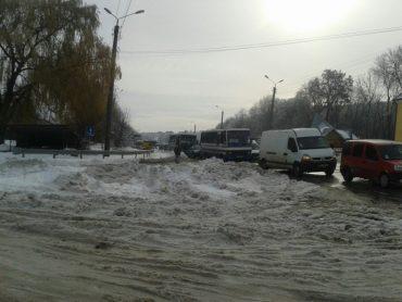 Фото і відео з Тернополя, які вражають масштабами транспортного колапсу