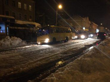 У Тернополі через жахливі дороги із замерзлим снігом ледь не перекинулись дві маршрутки