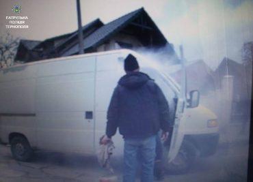 Патрульні спільно з громадянами загасили палаючий автомобіль