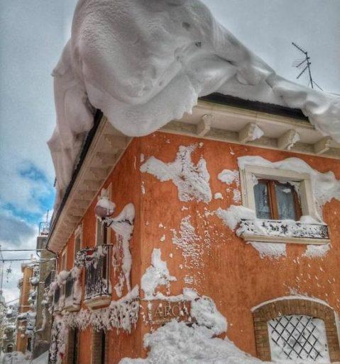 Кількаметровий сніг «замурував» будинки