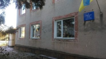 В Іване-Пустому побили вікна у сільраді